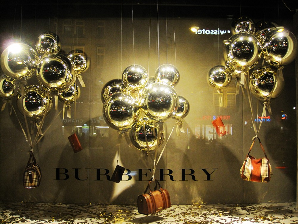 best-window-displays_burberry_2012_christmas_christmas-ball-balloons_01