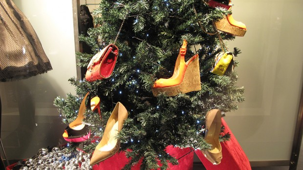 ... Christmas tree with shoes and accessories hanging like ornaments. Share  this ... - Azzurro