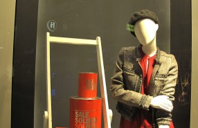 Red Label SALE, SOLDEN, SOLDES Paint Buckets Window Display at WE Fashion