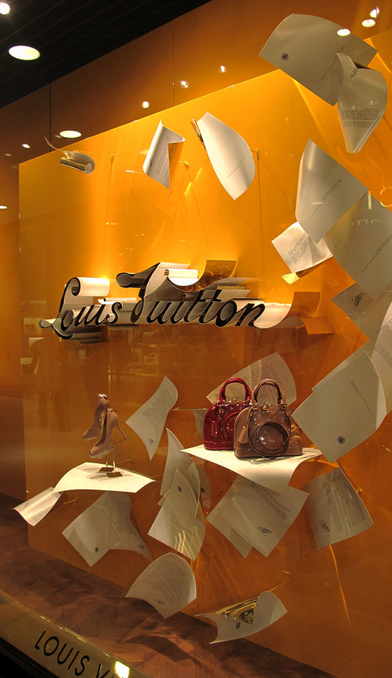 best-window-displays_louis-vuitton_2013_spring_floating-letters_03