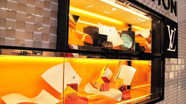 best-window-displays_louis-vuitton_2013_spring_floating-letters_09
