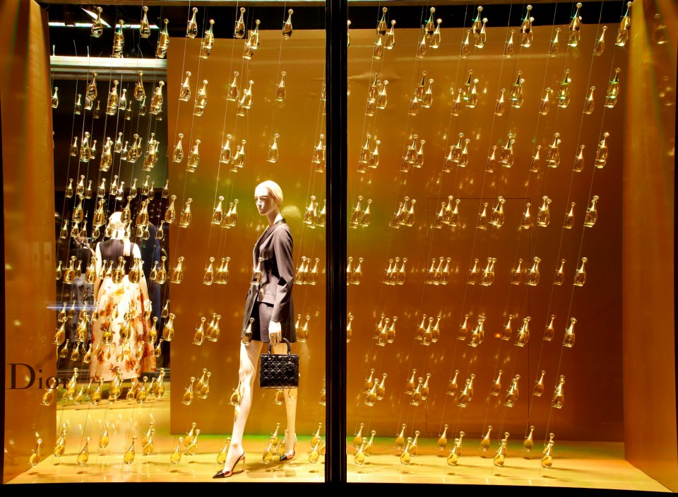 best-window-displays_harrods_2013_dior-exhibition_03