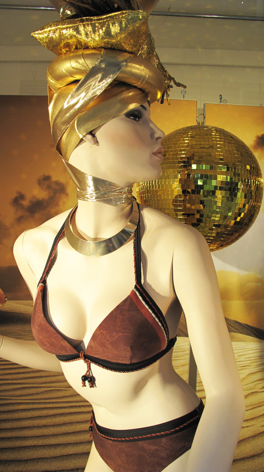 best-window-displays_marlies-dekkers_2013_sunset-africa_03