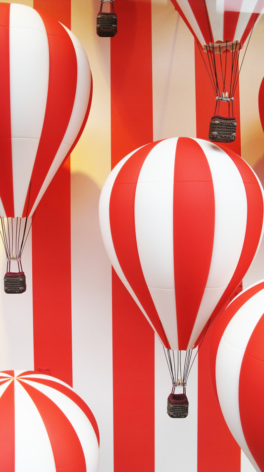 best-window-displays_louis-vuitton_2013_hot-air-balloon_03