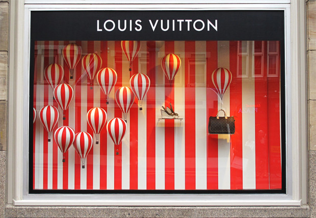 best-window-displays_louis-vuitton_2013_hot-air-balloon_06
