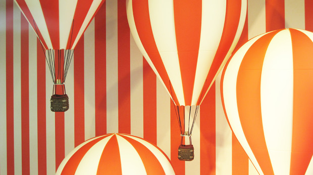 best-window-displays_louis-vuitton_2013_hot-air-balloon_10