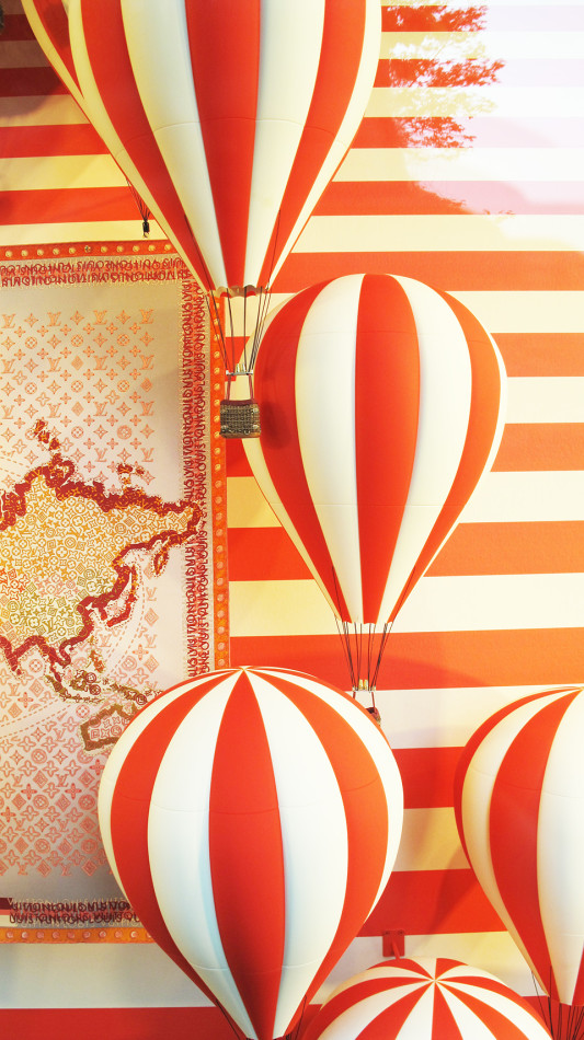best-window-displays_louis-vuitton_2013_hot-air-balloon_14