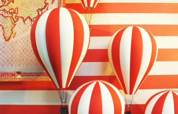 best-window-displays_louis-vuitton_2013_hot-air-balloon_15