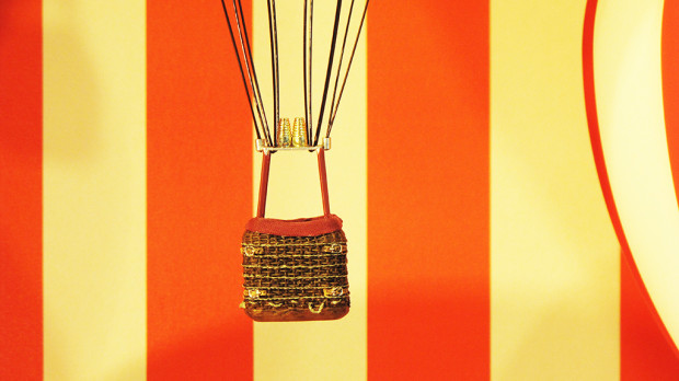 best-window-displays_louis-vuitton_2013_hot-air-balloon_20