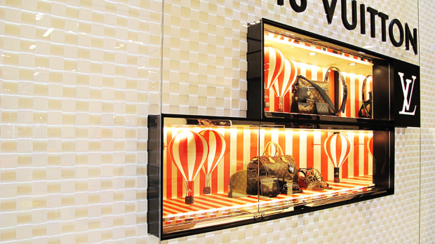 best-window-displays_louis-vuitton_2013_hot-air-balloon_24