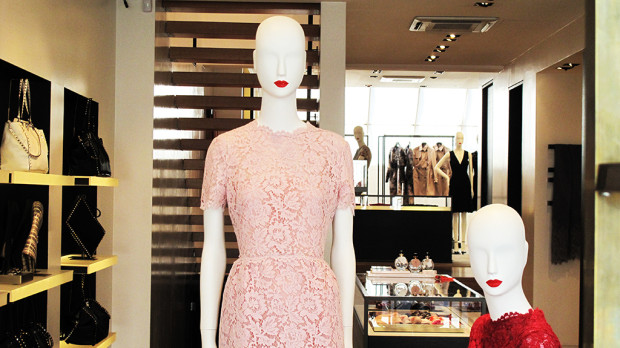 best-window-displays_valentino_2013_summer_lace-dress_04