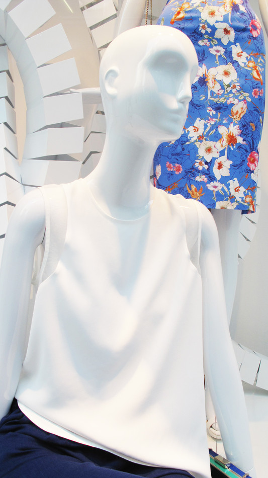 best-window-displays_zara_2013_white-looping_02