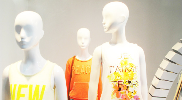 best-window-displays_zara_2013_white-looping_09