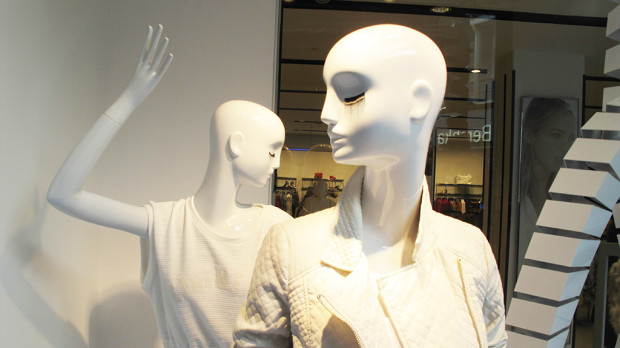best-window-displays_zara_2013_white-looping_10