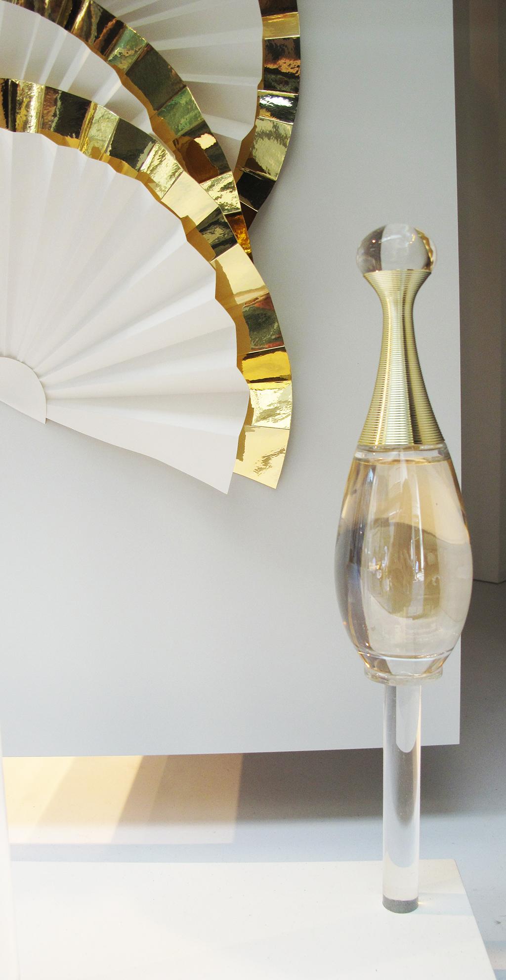 dior j 39 adore 39 voile de parfum 39 window display at au printemps best window displays. Black Bedroom Furniture Sets. Home Design Ideas