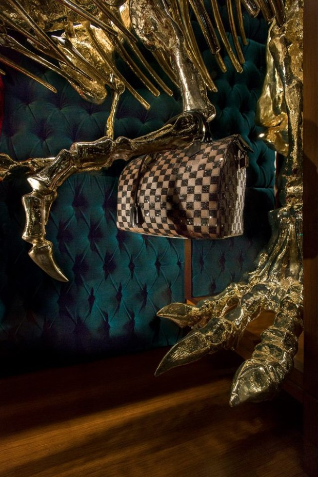 best-window-displays_louis-vuitton_2013_natural-history_21