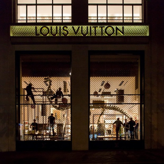 best-window-displays_louis-vuitton_2013_natural-history_25