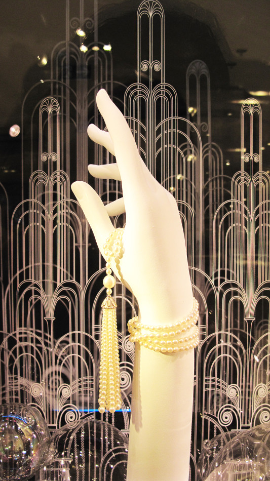 best-window-displays_tiffany-co_the-great-gatsby_pearl-tassel-necklace_04