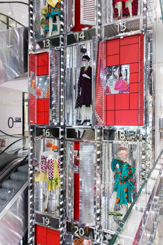 best-window-displays_au-printemps_2013_christmas_prada_11