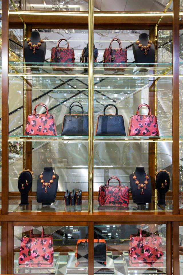 best-window-displays_au-printemps_2013_christmas_prada_14