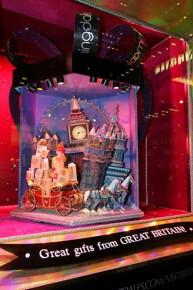 best-window-displays_bloomingdales_2013_christmas_all-wrapped-in_06