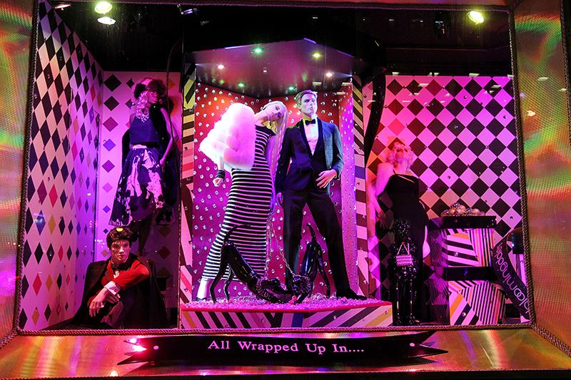 best-window-displays_bloomingdales_2013_christmas_all-wrapped-in_09