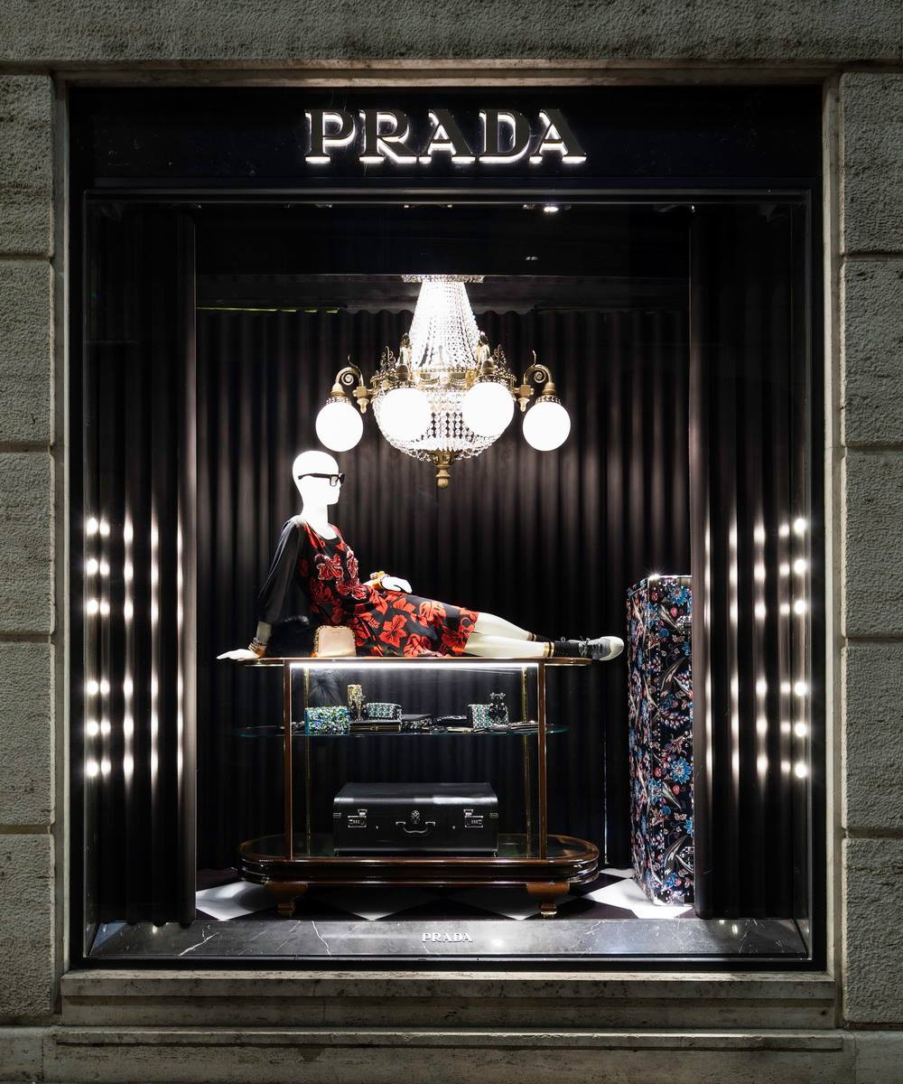 prada enormous floral suitcases christmas window display 2013 best window displays. Black Bedroom Furniture Sets. Home Design Ideas
