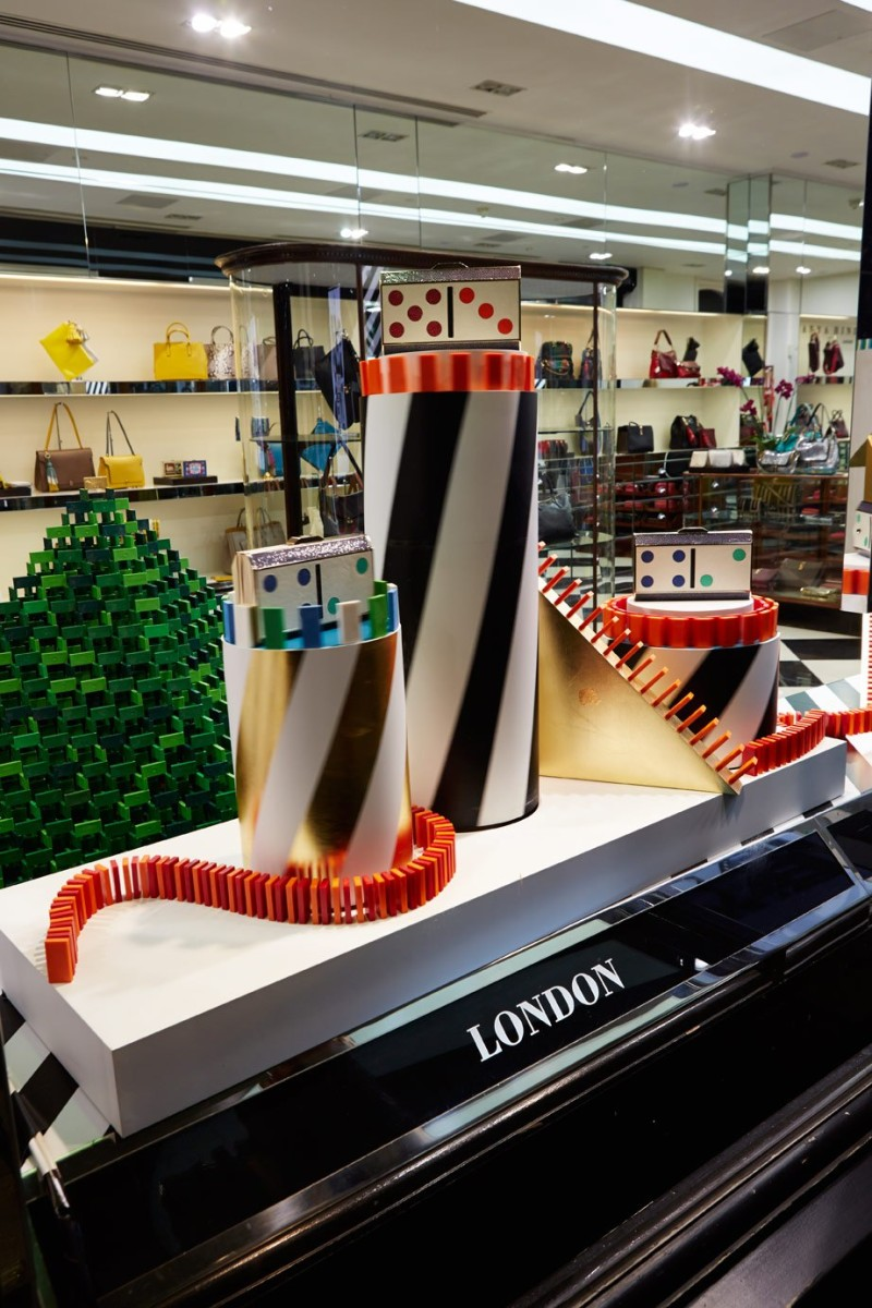 best-window-displays_anya-hindmarch_2013_christmas_domino_03