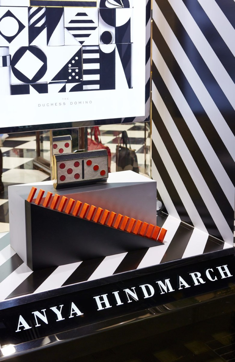 best-window-displays_anya-hindmarch_2013_christmas_domino_04