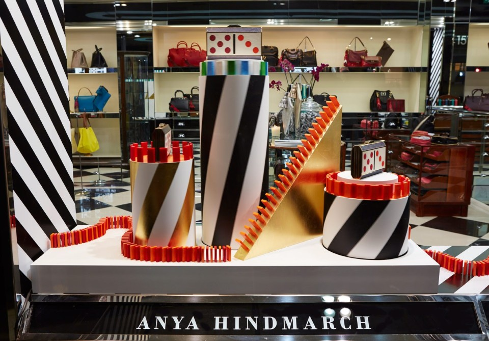 best-window-displays_anya-hindmarch_2013_christmas_domino_06