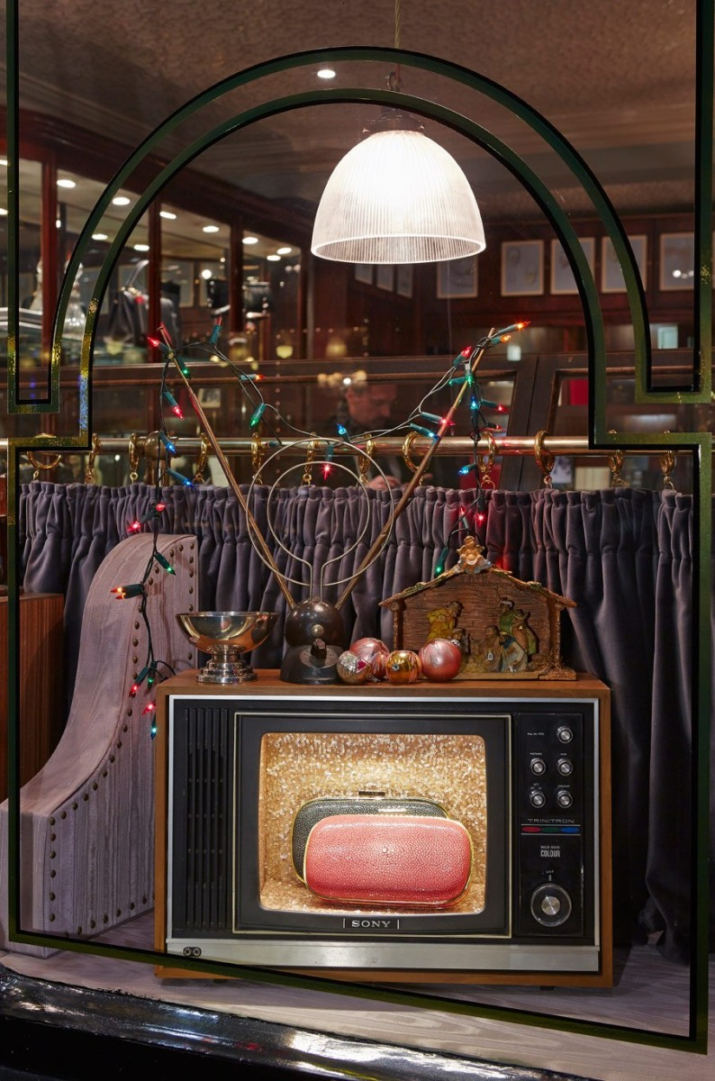 best-window-displays_anya-hindmarch_2013_christmas_domino_10