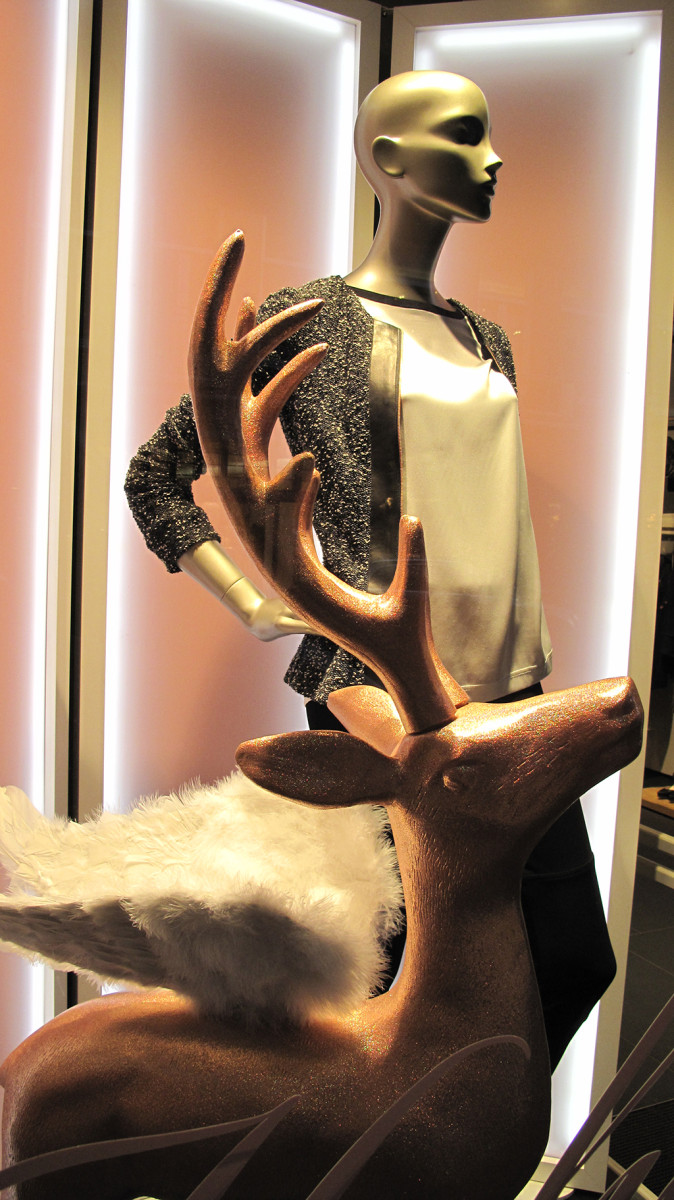 best-window-displays_escada_2013_christmas_03
