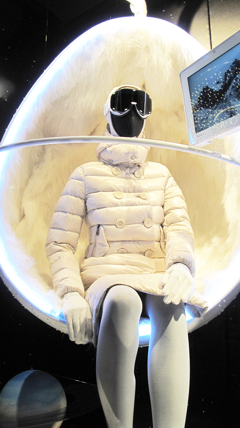 best-window-displays_moncler_2013_winter_04