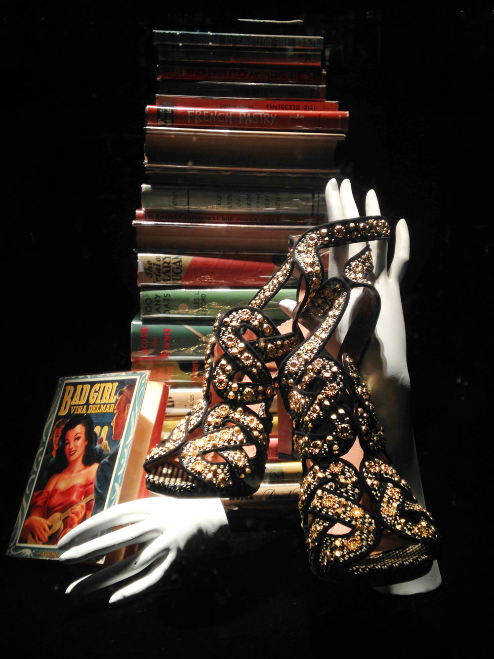 best-window-displays_bergdorf-goodman_2014_spring_the-cary-collection_07