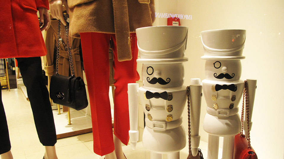 best-window-displays_mulberry_2013_winter_guards_15