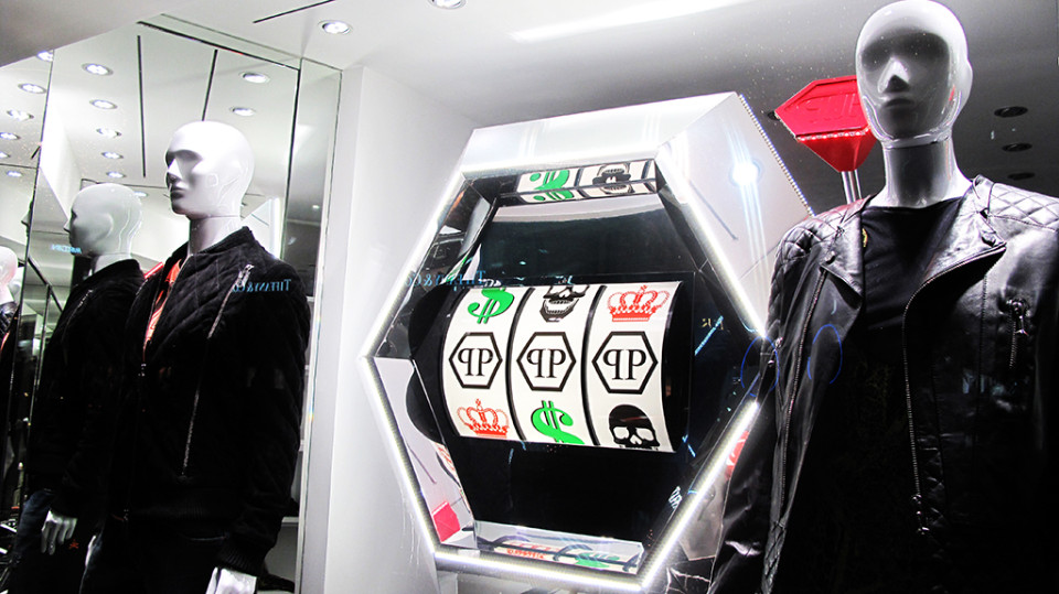 best-window-displays_philipp-plein_2013_winter_play-to-win_03