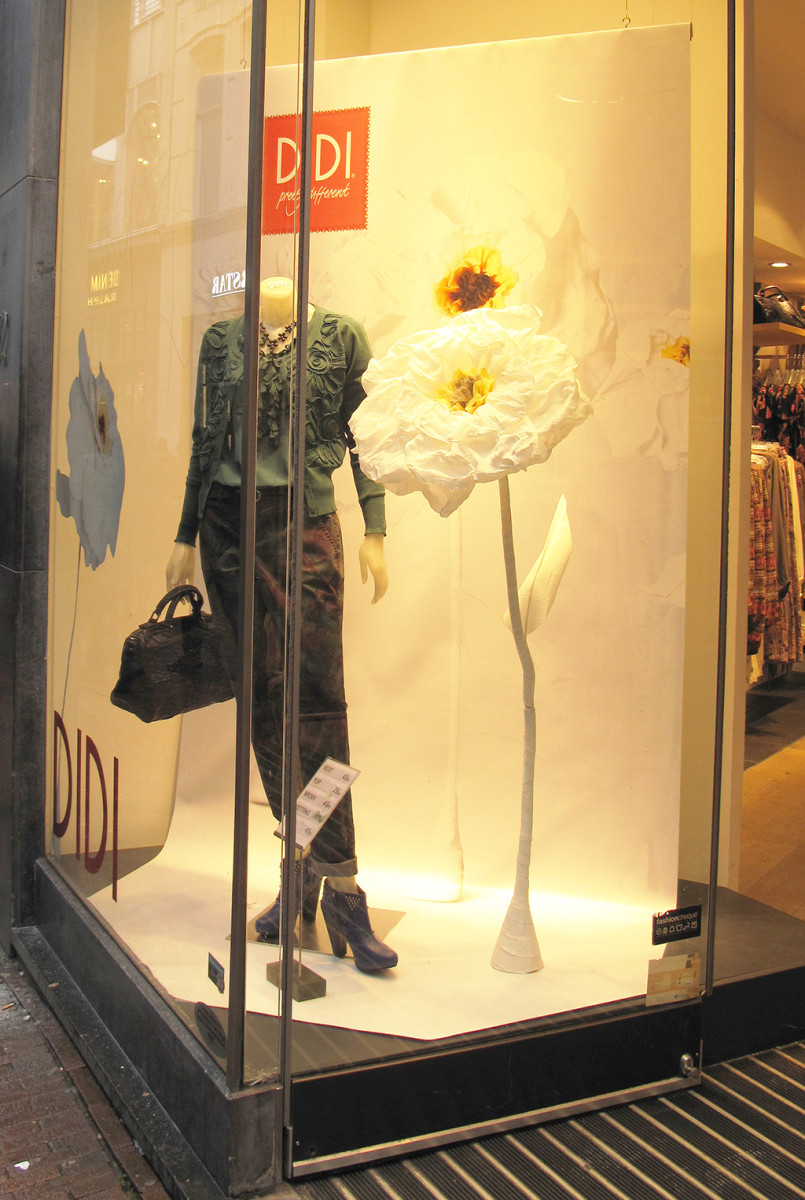 best-window-displays_DIDI_2014_spring_white-flower_04