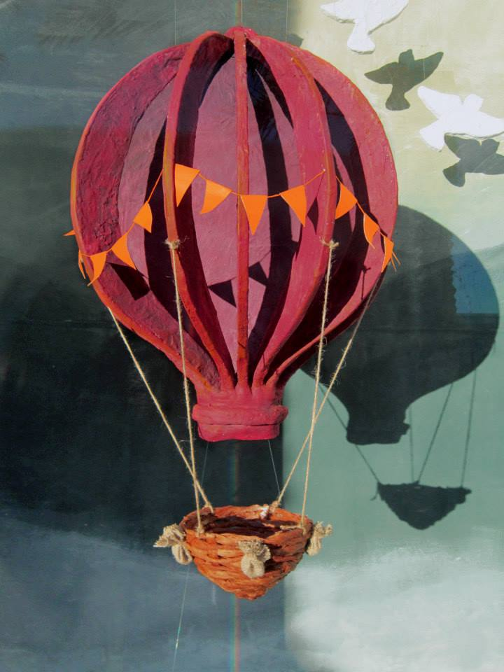best-window-displays_anthropologie_2014_spring_hot-air-balloons_03