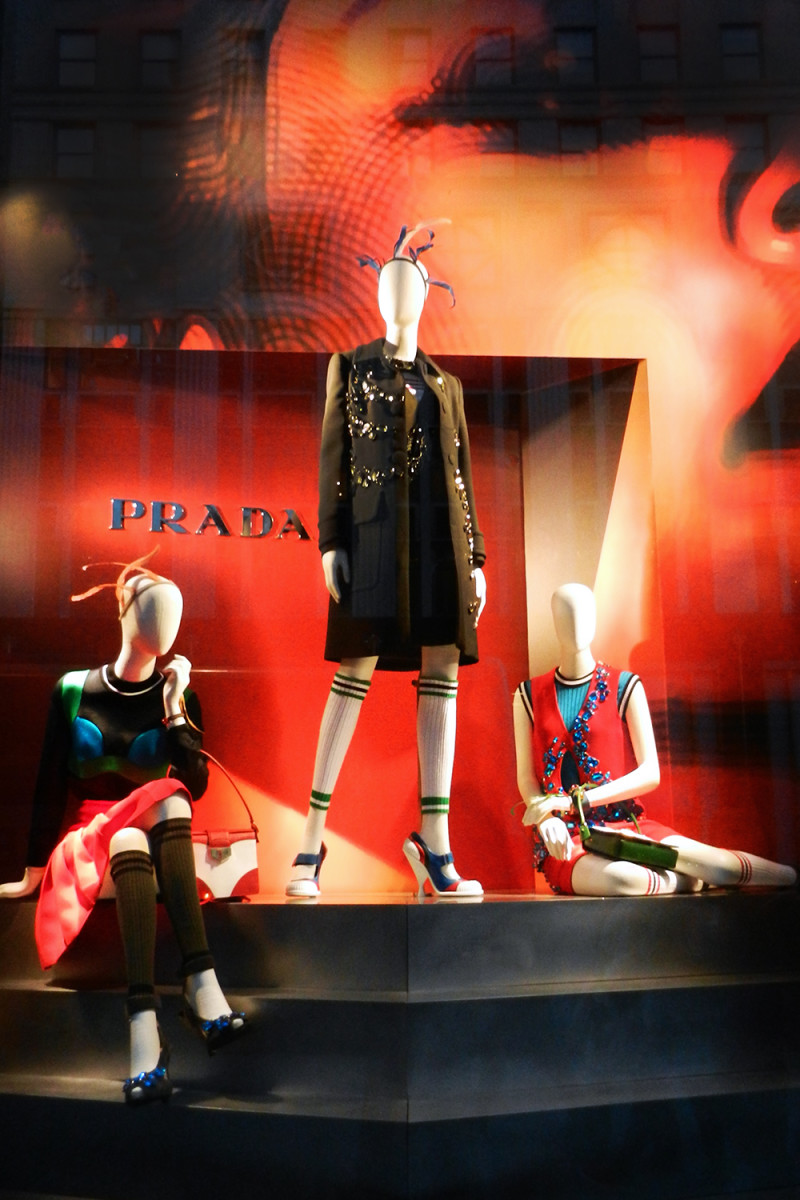 best-window-displays_bergdorf-goodman_2014_spring_prada_02