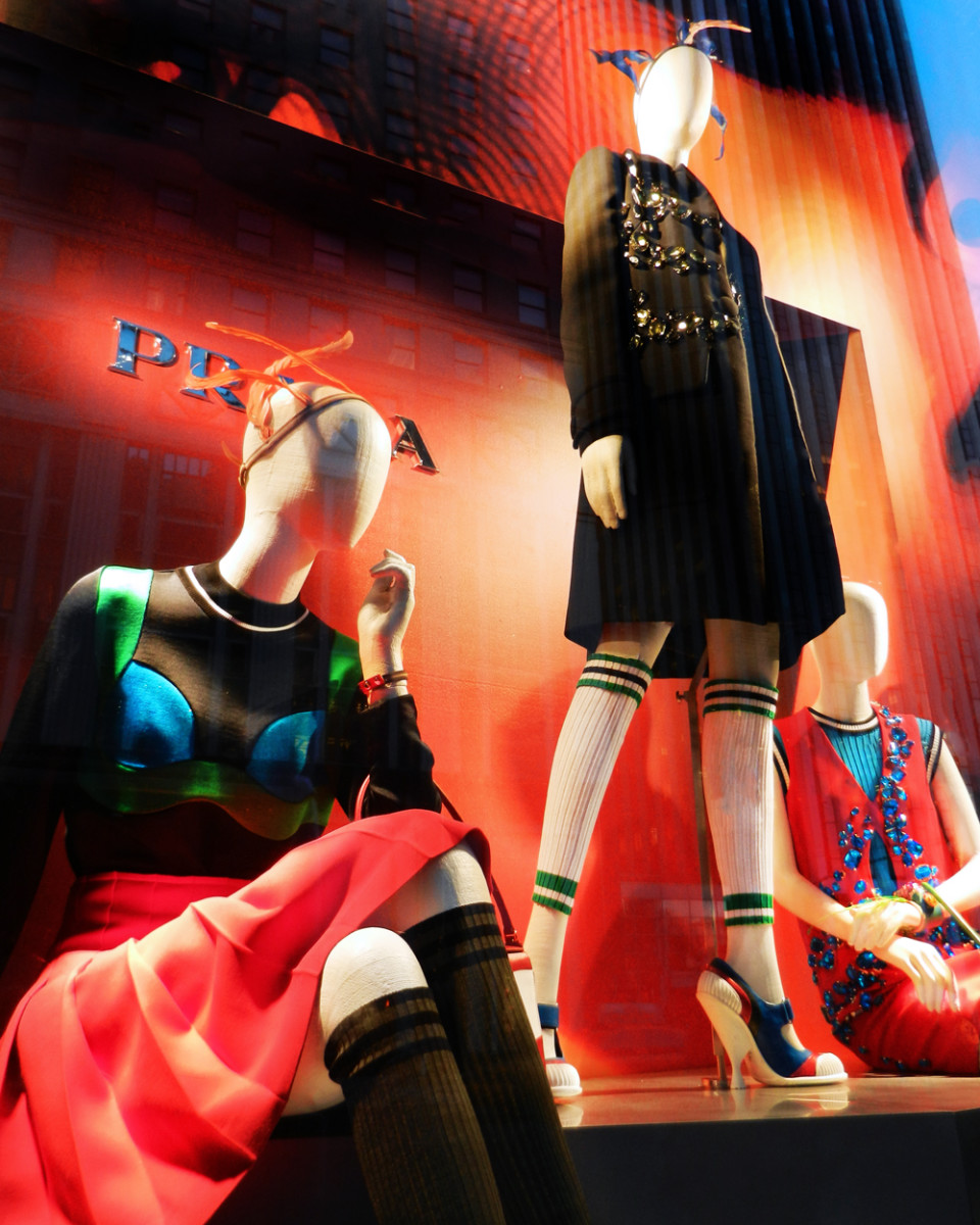 best-window-displays_bergdorf-goodman_2014_spring_prada_05
