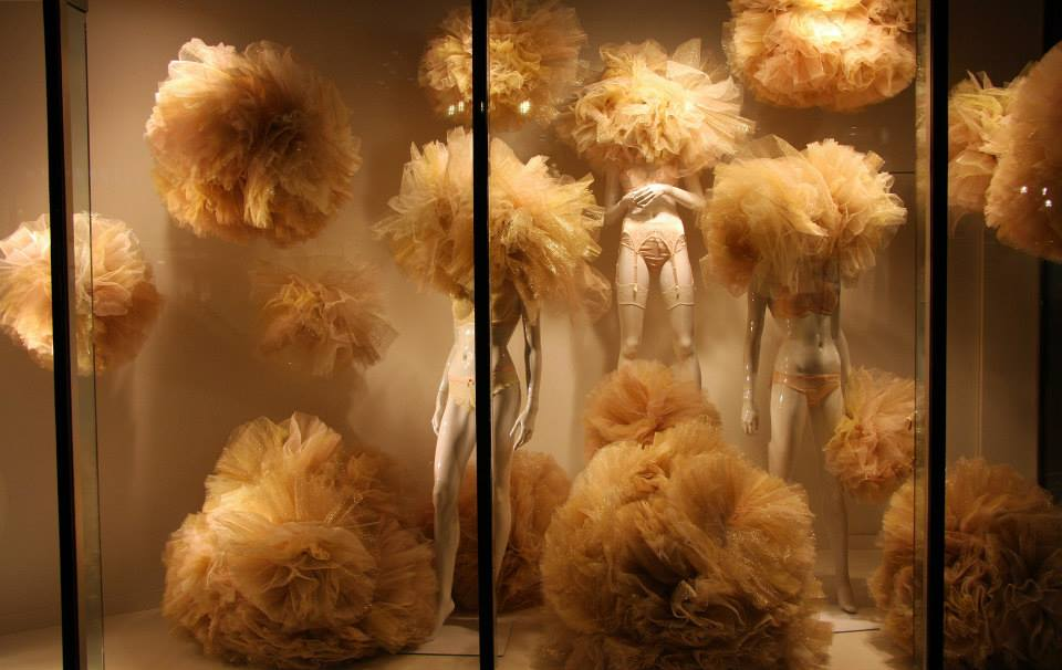 best-window-displays_galeries-lafayette-berlin_2014_valentine_gold-tulle-lingerie_01