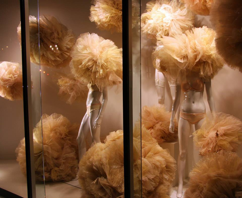 best-window-displays_galeries-lafayette-berlin_2014_valentine_gold-tulle-lingerie_03