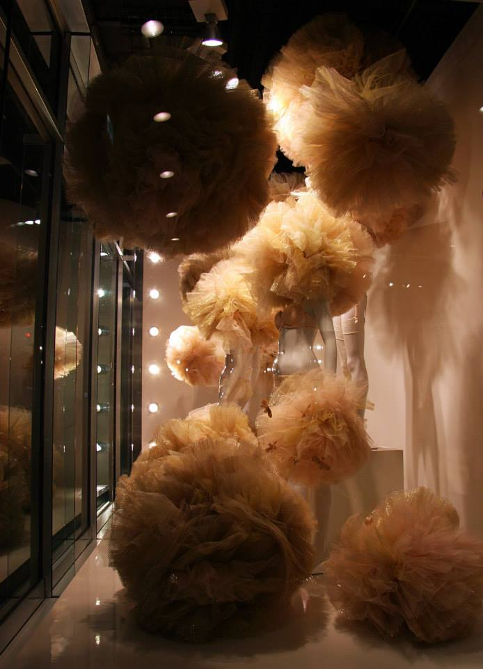 best-window-displays_galeries-lafayette-berlin_2014_valentine_gold-tulle-lingerie_05