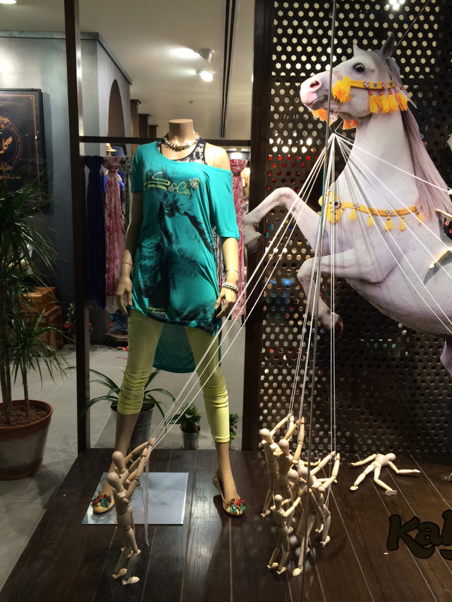 best-window-displays_kalimah_2014_spring_arabian-desert_05