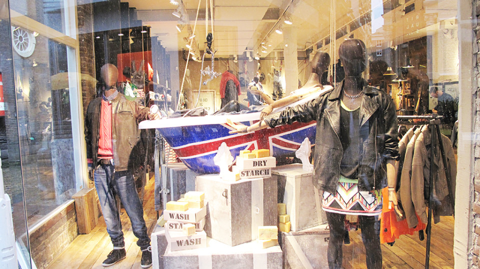 best-window-displays_pepe-jeans_2014_spring_london-bathtub_01