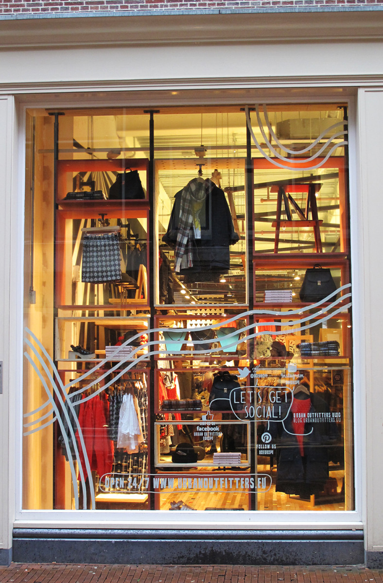 best-window-displays_urban-outfitters_2014_spring_02
