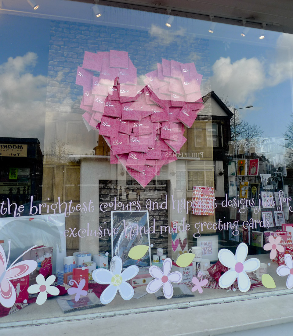 best-window-displays_2014_belly-button-designs_valentine_love-hurts_02