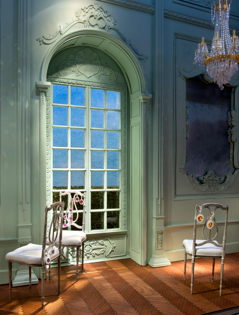 best-window-displays_tiffany-co_2014_spring_2014-blue-book_03