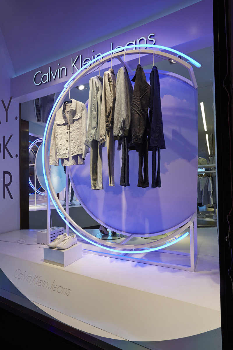 best-window-displays_calvin-klein_2014_summer_up-in-the-clouds_StudioXAG_07