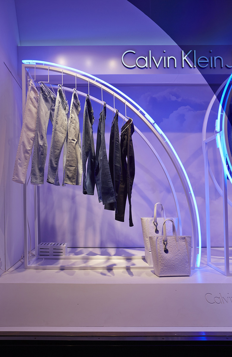 best-window-displays_calvin-klein_2014_summer_up-in-the-clouds_StudioXAG_10